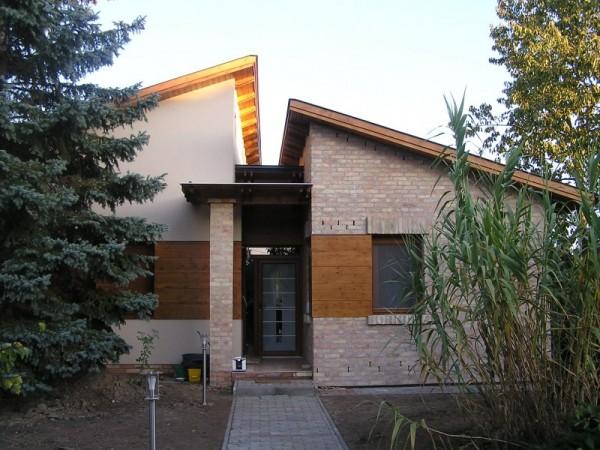 Felépített családi ház téglaburkolattal, ventillációs falszerkezettel